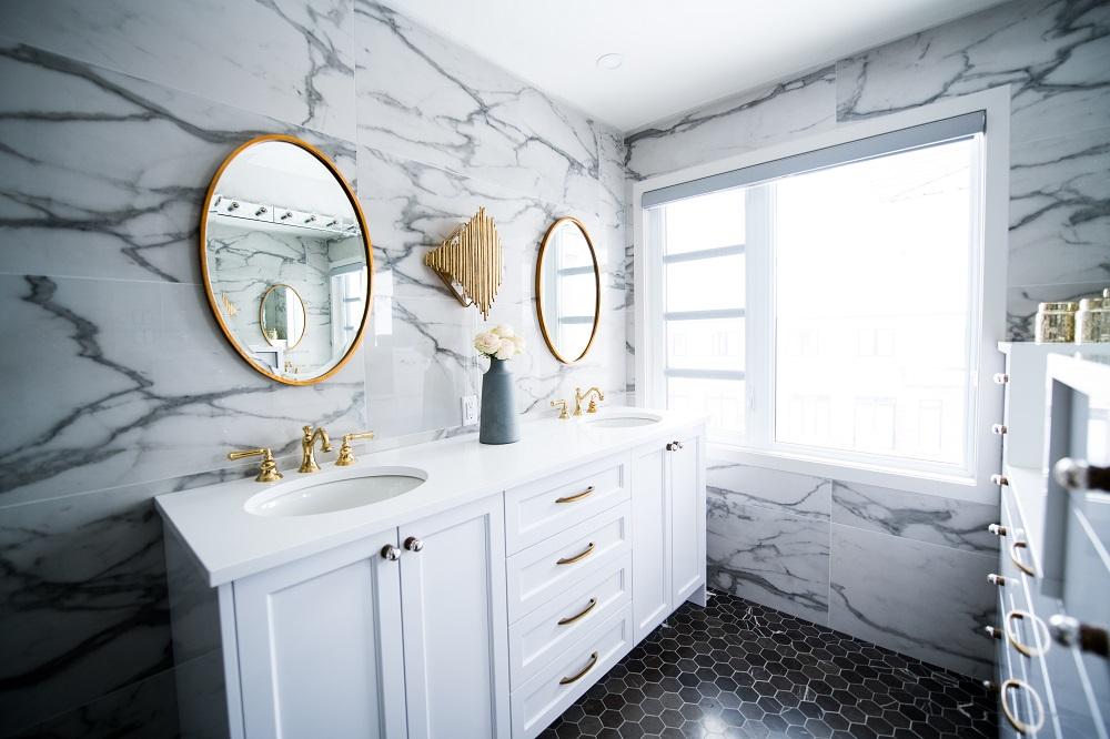 Łazienka w kamieniu. Jakie lustro do łazienki?
